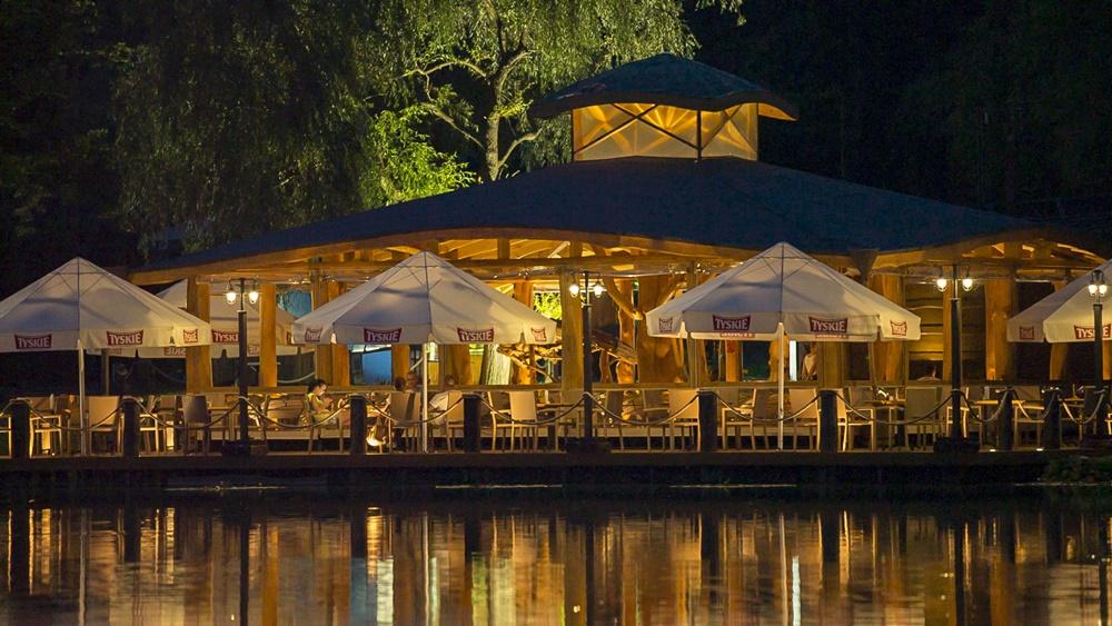 restauracja-lowisko-altana-noc-oswietlona-slider